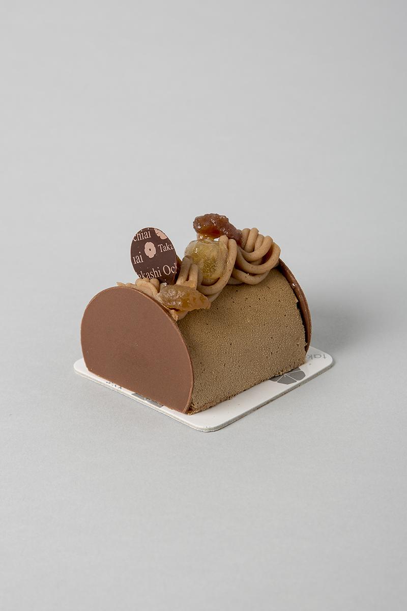 Otoño. Bizcocho y crujiente de avellana, crema de yuzu, mousse de chocolate con leche Jivara 40%, crema de castaña y pedazos de castaña y avellana en el interior.