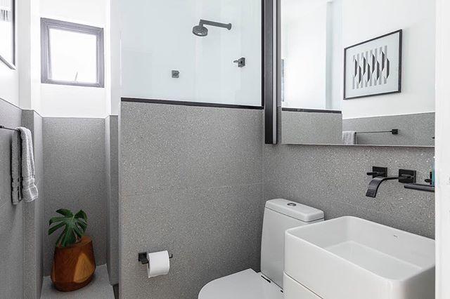 Total makeover de um lavabo em prédio dos anos 70 em SP, no novo layout reposicionamos o vaso, a cuba e de quebra colocamos um chuveiro para eventuais visitas #lavabo #banheiropequeno #doobarquitetura #reformadebanheiro