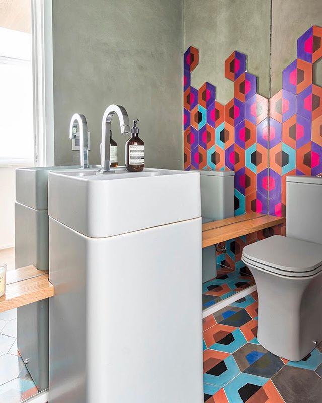Nesse lavabo optamos por louças e paredes na cor cinza para não brigar com a estrela do ambiente: os ladrilhos hexagonais super coloridos #doobarquitetura #lavabodecorado #lavabo #banheiro #cimentoqueimadoemparede fotografia @rafaelrenzo_fotografo
