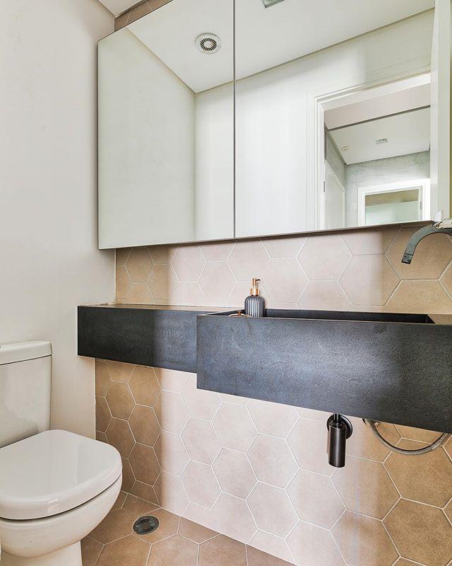 """Neste lavabo, os tons sóbrios dão o toque, junto com as formas hexagonais dos ladrilhos e a cuba """"esculpida"""" em granito preto absoluto. #lavabodecorado #banheiro #cubaesculpida #doobarquitetura #lavabo foto @rafaelrenzo_fotografo"""