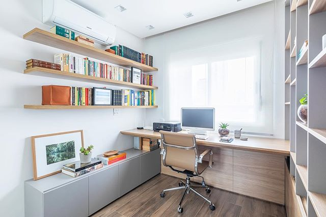 Este Home office sofreu uma transformação que o tornou mais estiloso, agradável e também mais funcional ➡️ Foto: @rafaelrenzo_fotografo #homeoffice #estantes #office #bookshelf #livros