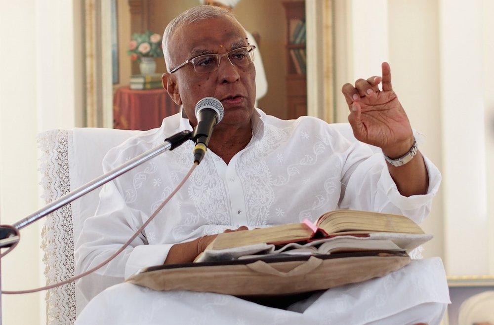Bhaishree giving swadhyay.jpg