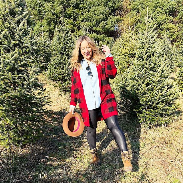 Cute blogger move? Or me trying not to stumble down a hill? You decide 😂 #christmastreehunting #whichtochoose #holiday #bluebellsandlipstick