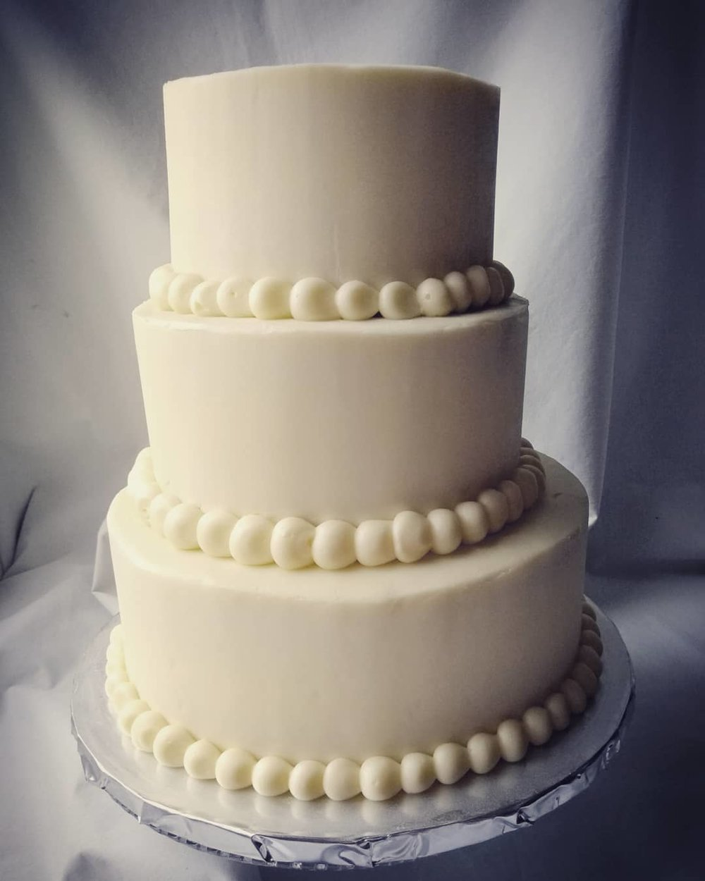 Cake showing smooth finish icing with a pearl border