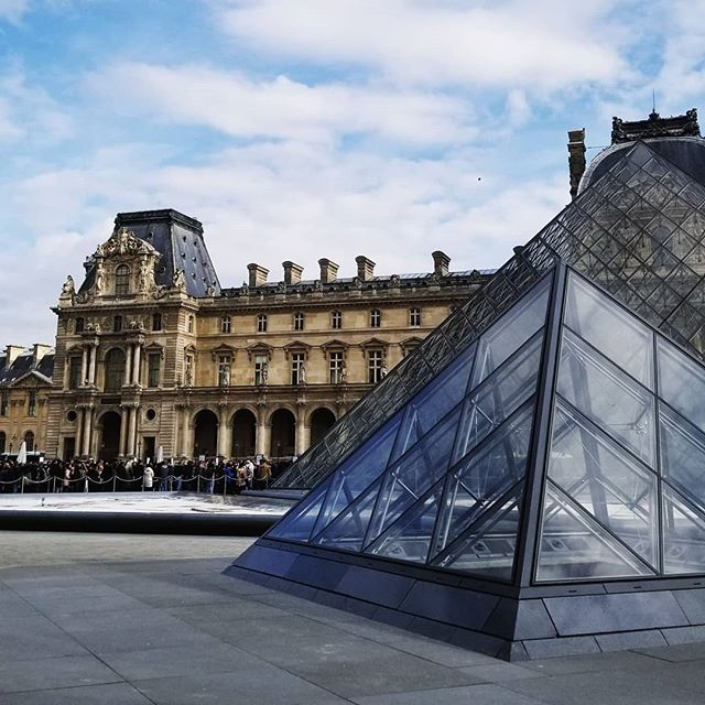 Remembering my last day in Paris who finished with a fashion photoshoot at the @museelouvre not bad 😄 @laitdepoule_allaitement  #photographerlife #photoshoot #photooftheday #shooting #fashion #visit #france #louvre #paris #musee #parisian #parisianstyle #parisanlife #ReseauM #missionfrance2018 #sky #camera #fun #workhard #notwork #entrepreneurlife #entrepreneur