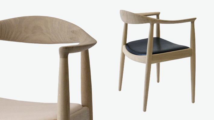 For contrast, the Round Chair by furniture designer Hans Wegner. Each individual part is shaped in a way that is not only beautiful, but perfectly suits the human body.  Como contraste, la silla Round del diseñador de muebles Hans Wegner. A cada parte se le ha dado una forma que no solo es bella sino que además se adapta perfectamente a la figura humana.