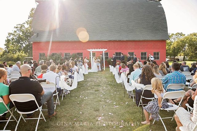 The sun flare was really cool to capture in this shot. 👰 💍 💐 #illinoisphotographer #wedding #outdoorwedding #sunflare #ginamariaphotography