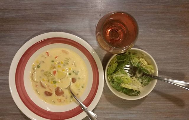 Homemade shrimp bisque soup, Caesar salad and glass of pink moscato. 🍲🍷