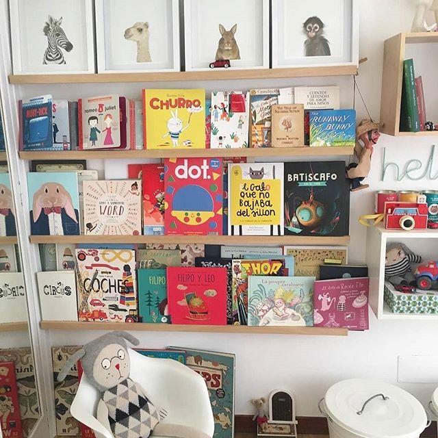 Nos encanta ver a Dot tan bien rodeado en casa de @lechouchou ❤️ ¡Precioso rincón de lectura con grandes amigos! #dotmagazine #dot #amigosdedot #librosparaniños #regaloinfantil #bienvenidosalmundodedot #ilustracion #kids #magazine #creative