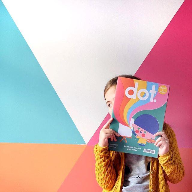 ¡Nos encanta esta foto de @marrabato! ¡Cuántos colores!  Dot continúa con sus viajes a las casas de los más pequeños así que está muy muy feliz. Yeiii! #holadot #bienvenidoslmundodedot #revista #creativa #niños #creative #creativity #mag #magazine #kids