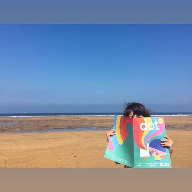 ¡Todavía quedan días de verano! Dot los está aprovechando a tope, visitando la playa con @solylu_mipequemundo. ¡Gracias por llevarnos de excursión! . . #holadot #bienvenidosalmundodedot #kidsactivities #kidsmagazine #revistaparaniños #revistainfantil #dot2 #dot #kids #mag #magazine #creative
