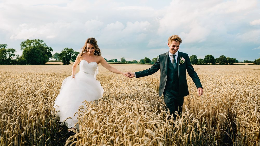 STAFFORDSHIRE WEDDING PHOTOGRAPHER AT MYTHE BARN WEDDING VENUE