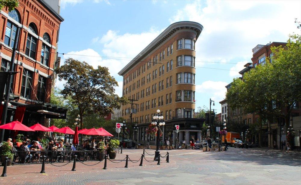 Barrio mítico de Gastown en el centro de Vancouver. Esta zona es de las más antigua de Vancouver y sirvió como germen para la actual ciudad. Era una zona industrial que se conectaba con el ferrocarril y el puerto donde se ha transformado en una zona de negocios, tiendas de lujo y restaurantes