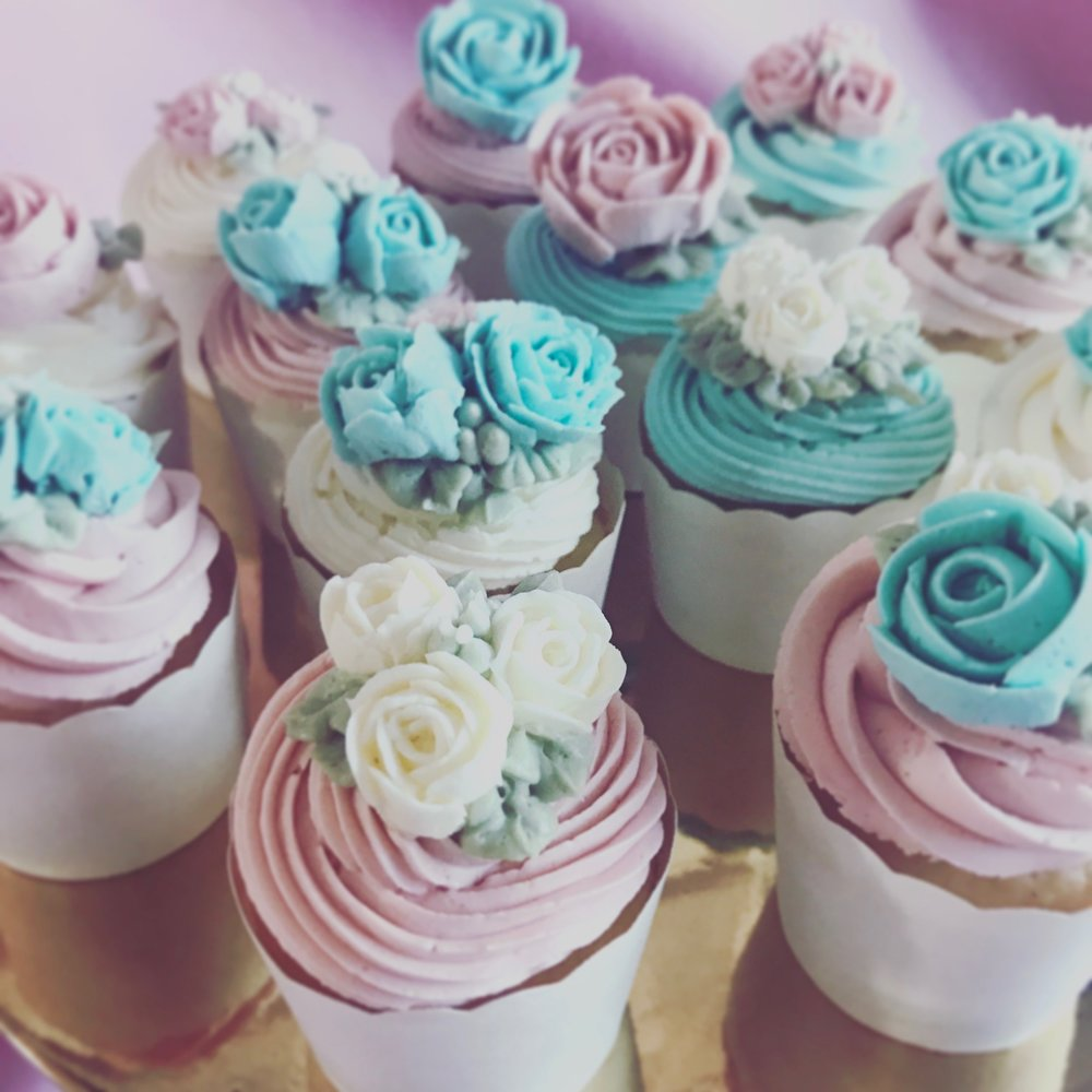 pretty buttercream flower cupcakes