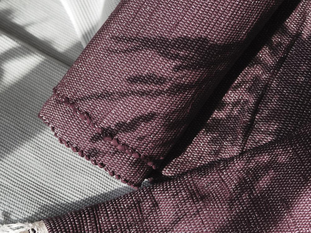 Le voyage au Portugal - Lusi est selon les envies un tapis, une couverture, un dessus de lit.Chaque pièce est tissée à la main à partir de chutes industrielles. Voici l'histoire de Lusi.Lire la suite...