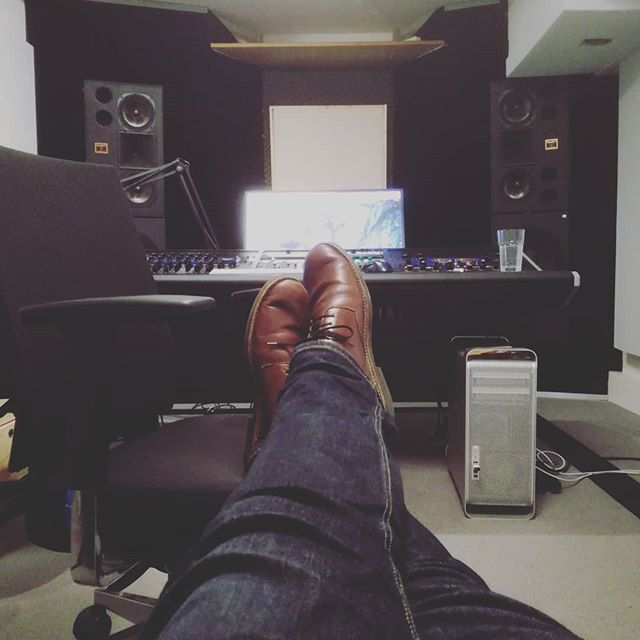 Relaxing in between jobs.. #mastering #masteringengineer #studio #musicproduction #music #restingmyears #feetup #couch #hotsummerday #putyourfeetup