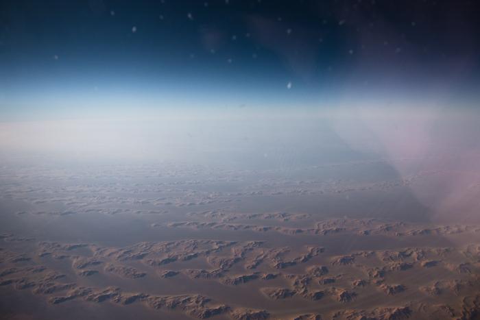 Au dessus du désert. Les étoiles en haut en fait c'est des poussières sur le hublot. Je trouvais ça classe.
