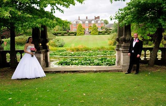 Betreffende foto is onderbelicht op het bruidspaar en heeft veel te veel contrast. De bruid is nauwelijks zichtbaar in het gezicht. Hiernaast is het ook nog eens een enorm statische foto. Er leeft niets op in de foto dat een plezierige dag uitstraalt.