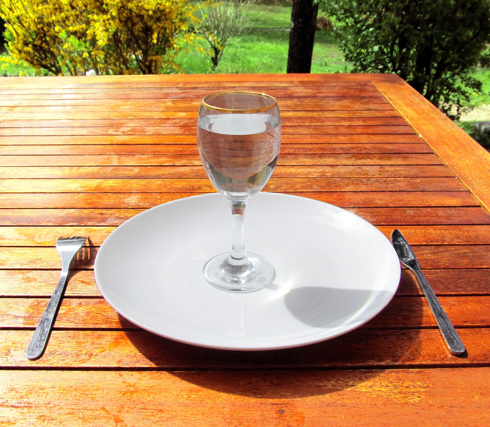 Fasting_4-Fasting-a-glass-of-water-on-an-empty-plate.jpg