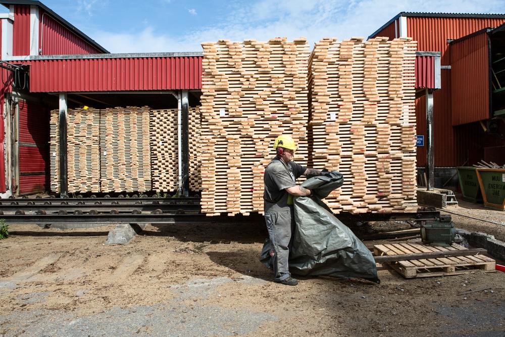 Metso Wood sawmill in Lappeenranta. Joonas Pienmunne collects thrash from the yard.  © Maaseudun Tulevaisuus.