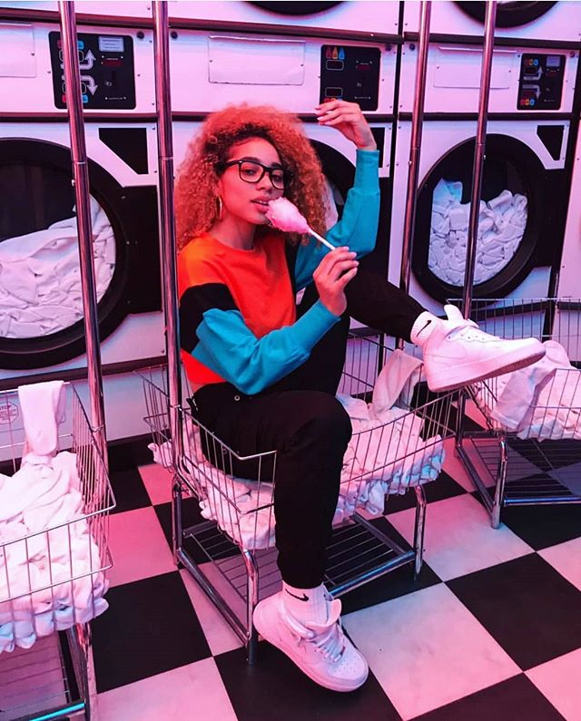 @naturallymelonie makes washing clothes look like a good time 💕 . 📸: @tali603 . #laundrymat #dopegirls #curlygirlsrock #LifeisMostlySugar