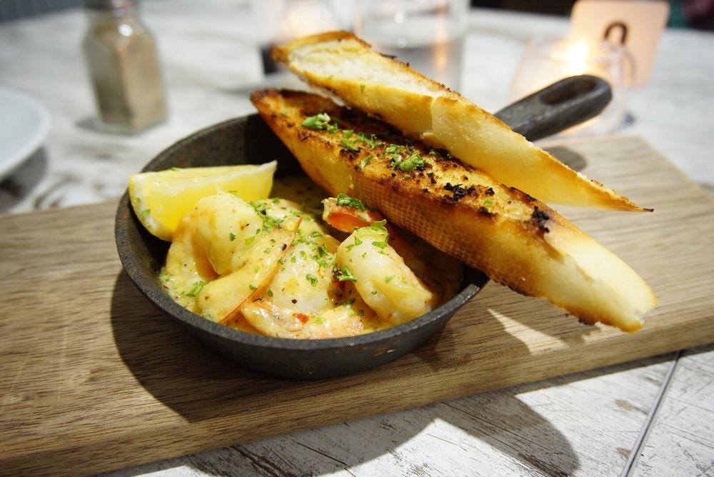Garlic & chili prawns in creamy butter sauce with garlic bread