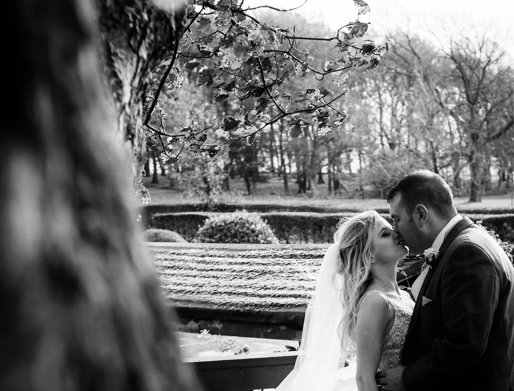 Black and white image of the happy couple kissing