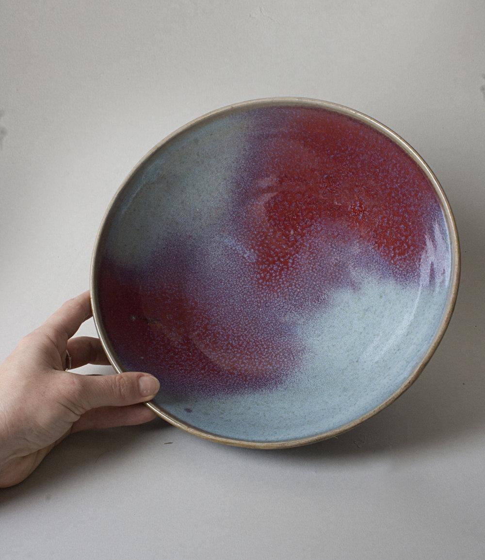 plat évasé en grès, bleu et rouge