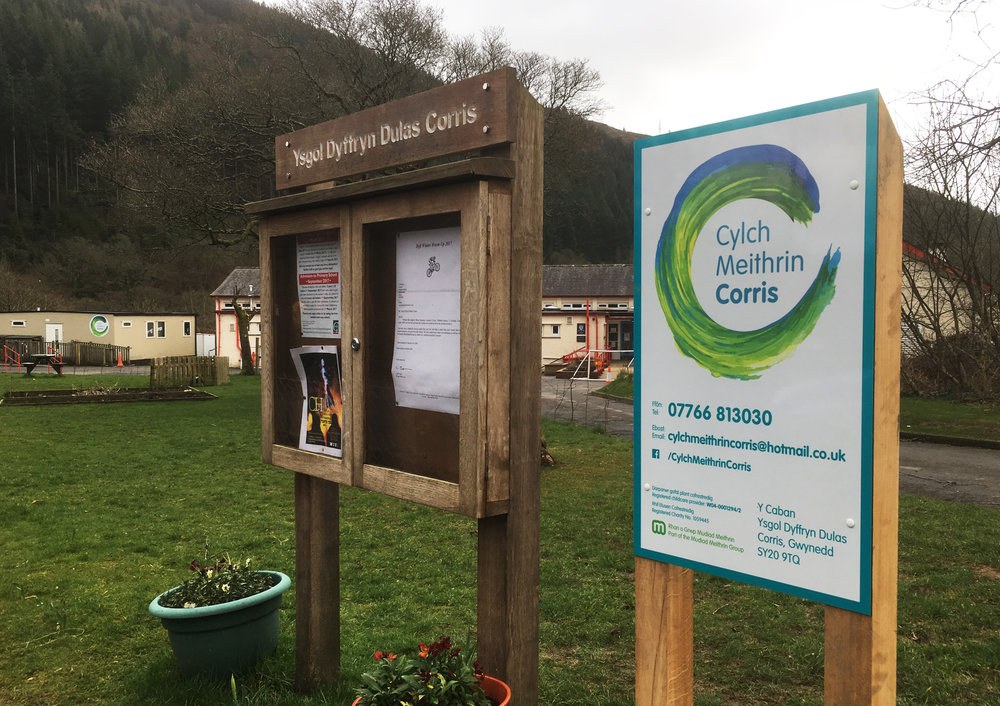 Corris Cylch post sign