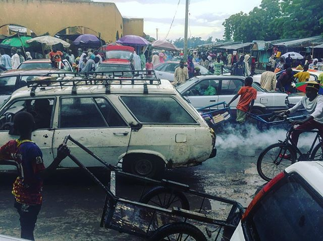 Confusion and Pollution everywhere: Diffa Grand Market, 🇳🇪. A visual diary of Andrew Esiebo. #agriculture market #confusion #everydayafrica #everydayniger