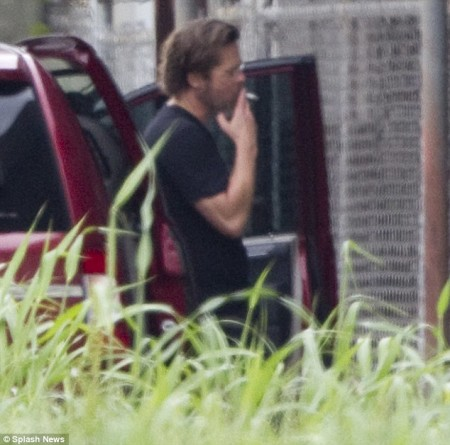 27C1492100000578-3046248-Cigarette_break_Brad_Pitt_snuck_off_for_a_secret_smoke_in_betwee-m-36_1429486813318