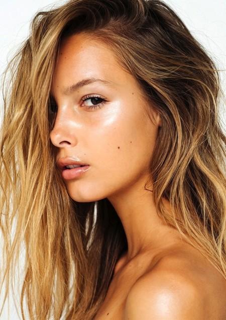Le-Fashion-Blog-How-To-Get-That-Summer-Glow-Fresh-Face-Bronzer-Highlighter-Textured-Wavy-Beach-Hair-Lip-Gloss-Viktoria-Varga-Via-Absorb