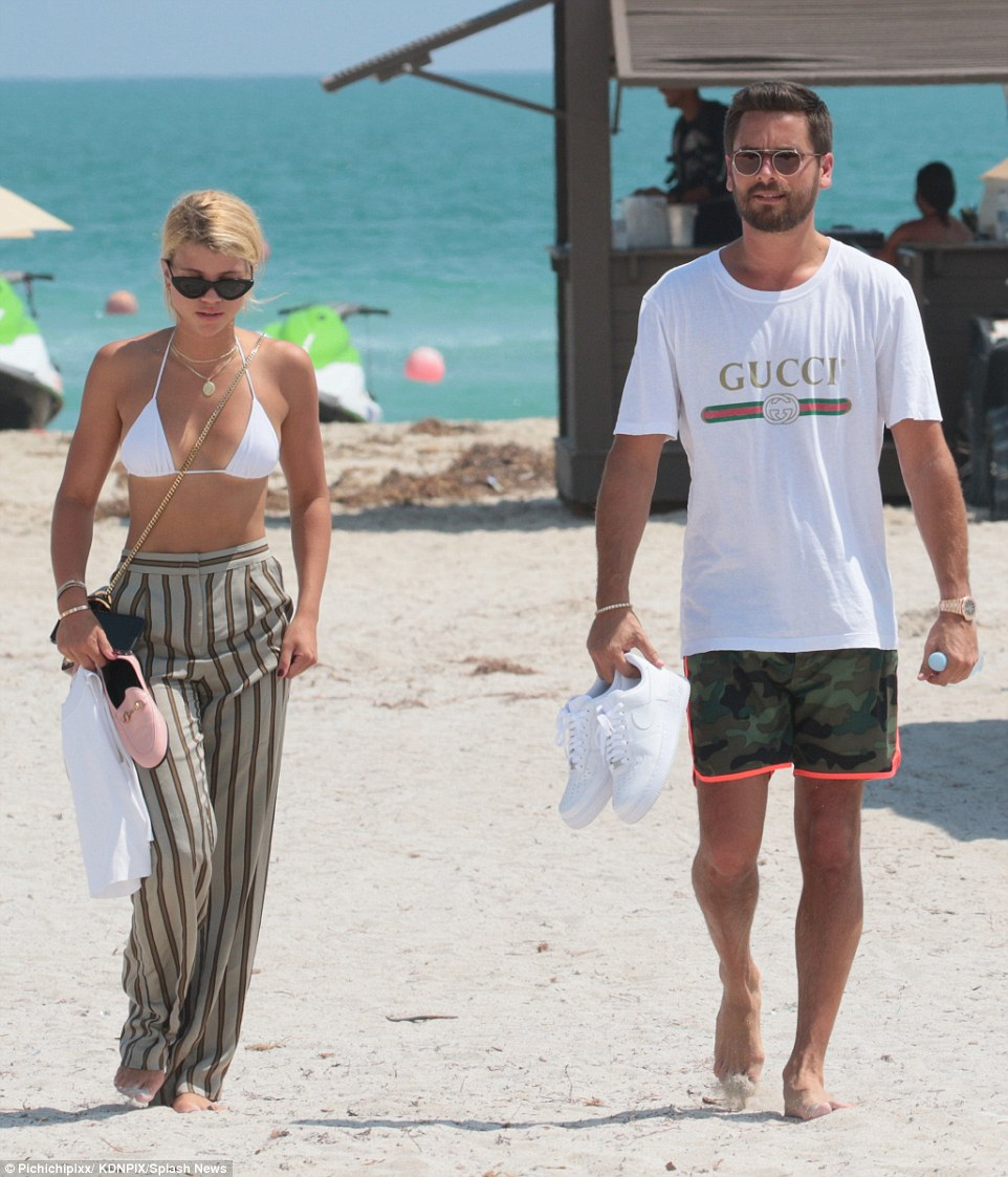 4490C71C00000578-4907926-Romantic_getaway_The_duo_strolled_the_beachfront_adjacent_to_the-a-73_1506026471041.jpg
