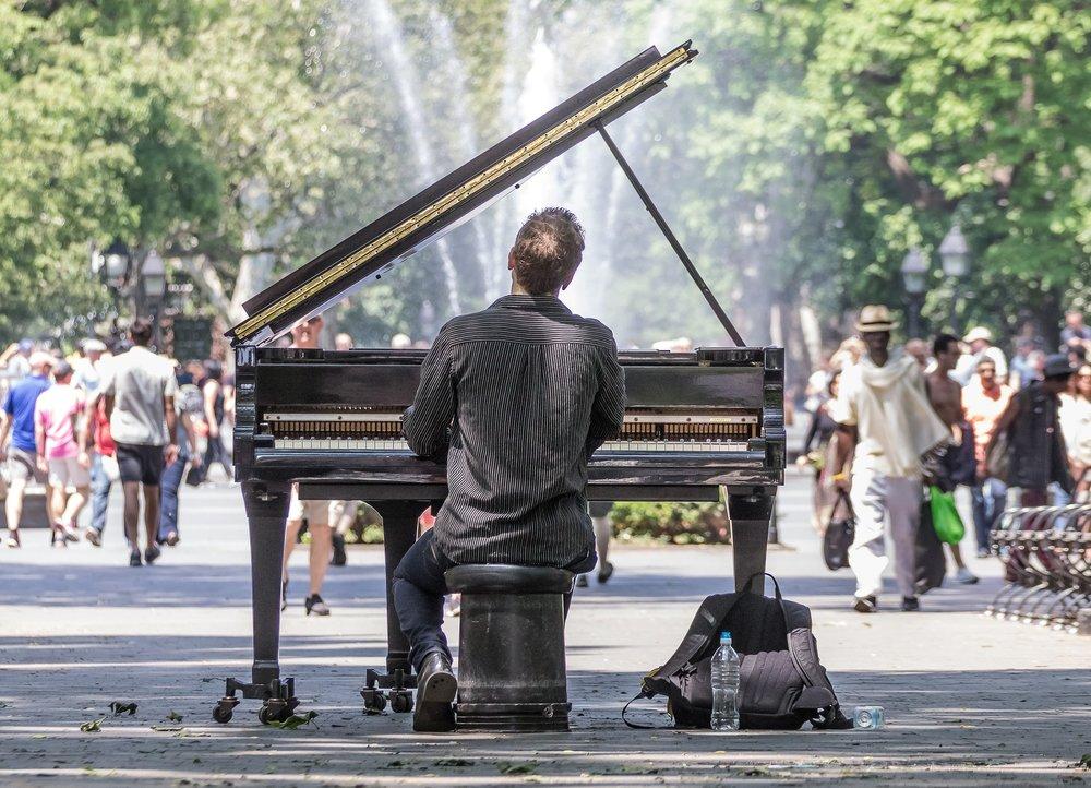 Manhattan: A pianist performing in public.