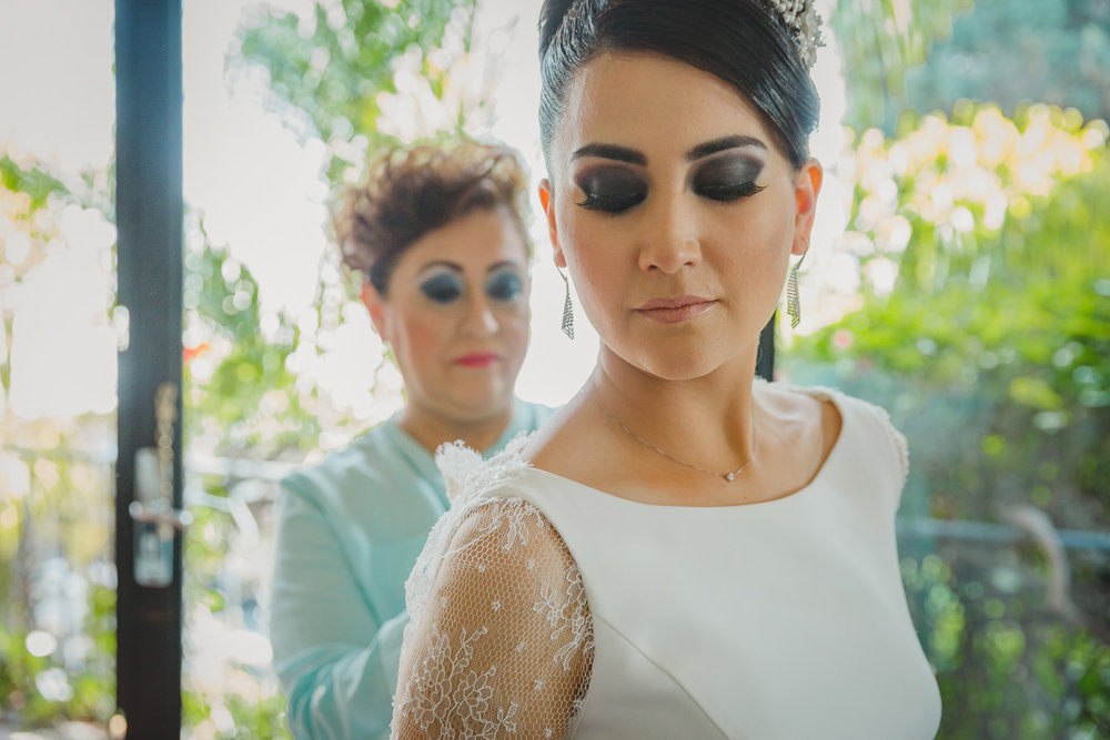 fotografo de bodas mexico bride getting ready mexico wedding photographer