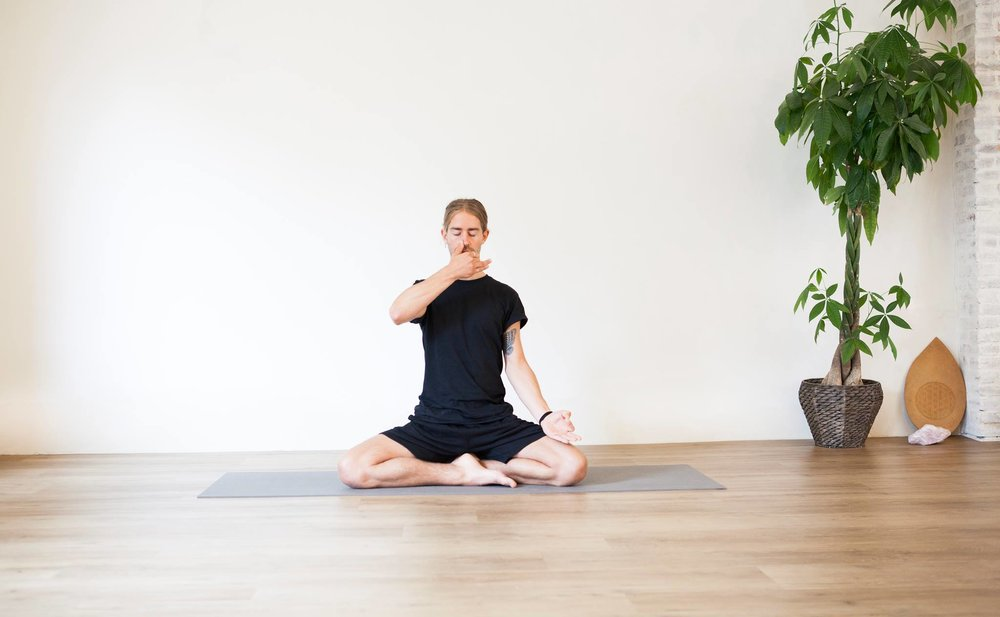 Pose: Anuloma Vuloma (or Alternate Nostril Breathing). A powerful pranayama to re-balance the energies in your body and start the week with a sharp focus!