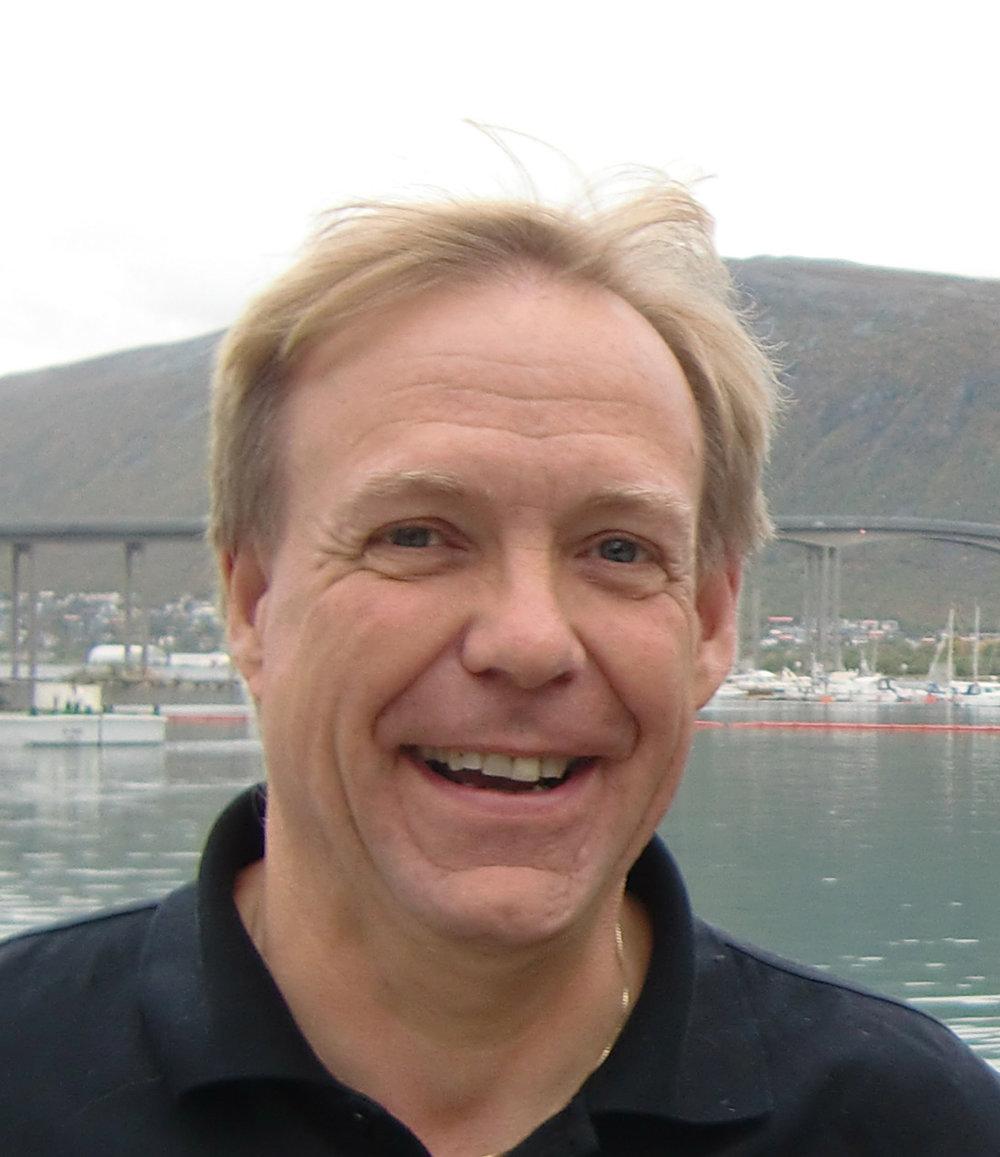 JON G. OLSEN (vara)  Jon G. Olsen er styreleder i Musikkens studieforbund og daglig leder i Akershus musikkråd og Norsk sangerforum. Jon G. har vært med i Krafttak for sang i mange år og har lang erfaring fra arbeid i musikkråd-systemet. Han er spesielt opptatt av sang i lokalsamfunnet, få folk ti lå synge og kjenne på den gode opplevelsen sang-fellesskap gir, enten det er i allsangsituasjon eller i kor. Sang i eldreomsorgen er også et av hans hjertebarn, og Akershus musikkråd har vært meget aktive på dette området, og arrangerer årlig over 50 konsertopplevelse på eldreinstitusjoner i Akershus.