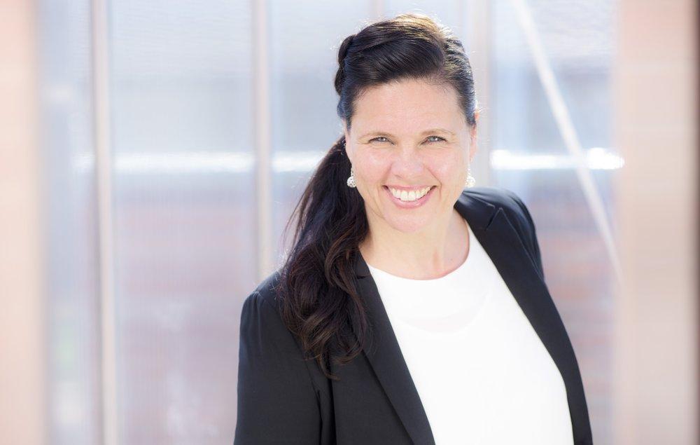 UnN LEYSER ROALDSØY  Unn Leyser Roaldsøy er sangpedagog og musikkpedagog og er opptatt av sang i alle livets faser. Hun driver sin egen musikkskole, Skala Musikkskole, hvor hun underviser i sang, har musikkgrupper for barn og et damekor; Skala Damekor. Hun er i tillegg ansatt i Frogn kulturskole som sangpedagog. Hun er styreleder for Musikk fra livets begynnelse og er med i styringsgruppen for Syngende Barnehager.