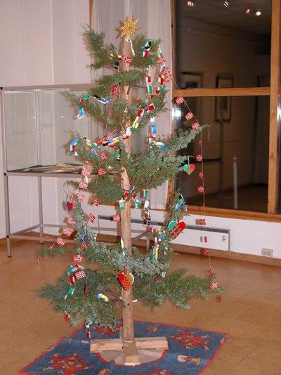 Juletreet med stjerne i toppen og pynt var like vanlig på Magerøya som det var andre plasser, til tross for at trær ikke vokste fritt. Løsningen ble å borre hull i en stokk og sette enebusker inn i stokken. (Fra Nordkappmuseet)
