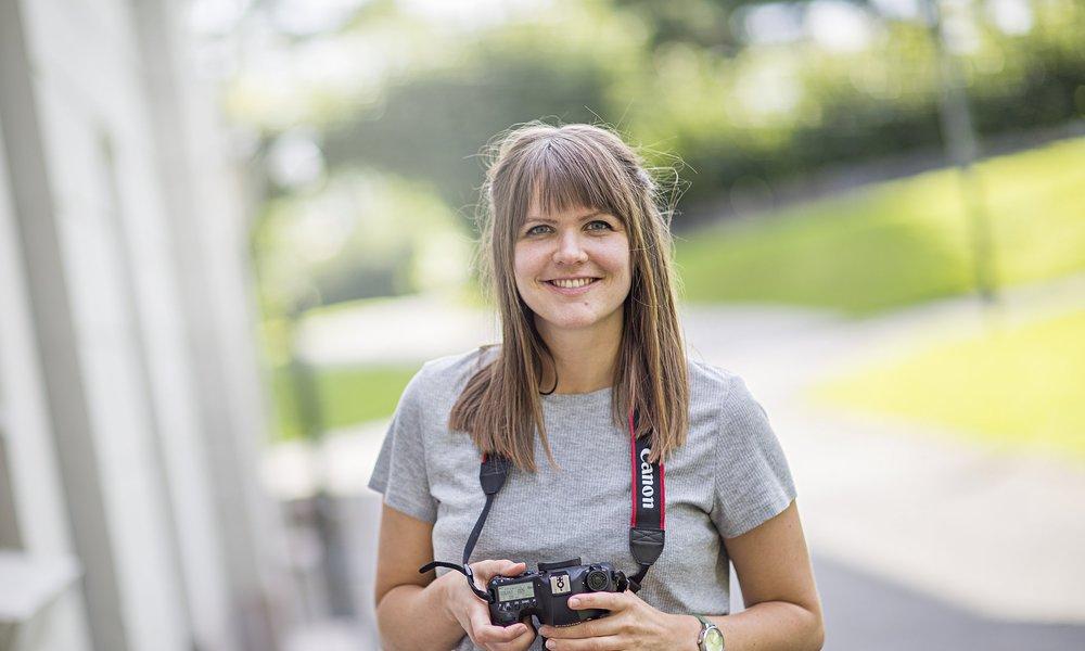 Iris skal jobbe med både mediestrategier, tekst, foto, video, grafisk design og opplæring. Foto: Hilda L.Nyflot