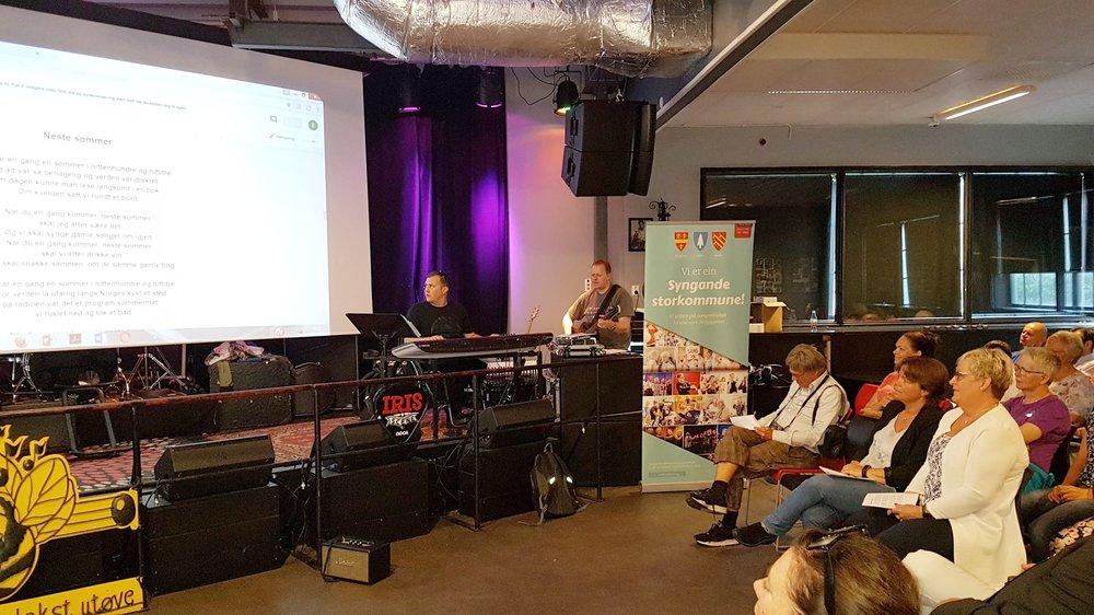 Allsangen ble stødig akkompagnert av Håkon Widding og Vidar Børve