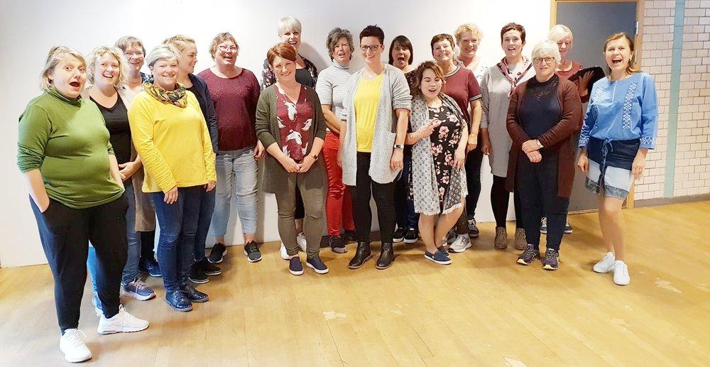 Kultur- og helsearbeidarar frå komande Ullensvang kommune fikk påfyll på fagdag om Sang i eldreomsorgen med kurshaldar Kristi Stedje.