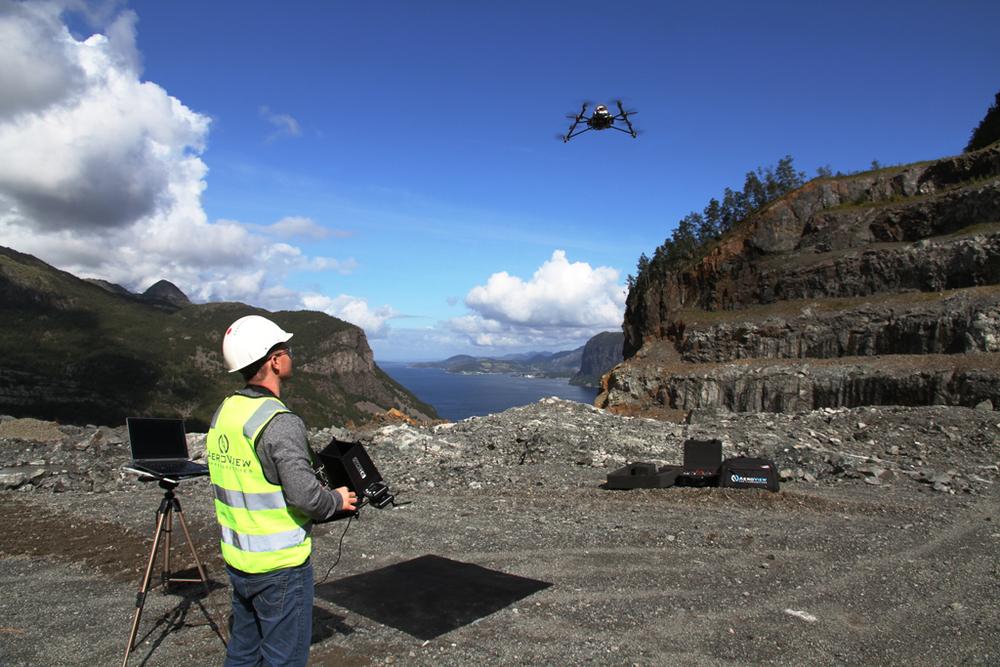 Robert Sæter er daglig leder i Aeroview og kunde hos Sum Regnskap. Aeroview utnytter RPAS-teknologien (droner) til det maksimale og tilbyr film, foto og inspeksjon. De er også blandt de første profesjonelle aktørene i Norge med en rekke sertifiseringer som har åpnet opp for svært mange spennende prosjekt. Her er Sætre ute for et oppdrag med landmåling.