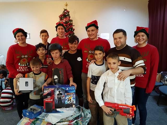 Sum-gjengen i nisseklær og noen av barna.