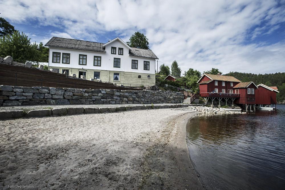 Badestranda, Buene, nye steinmurar og sittetrapper og Landhandelen. Foto: Dag Jensen.