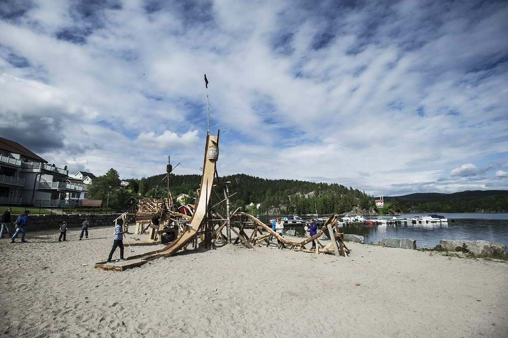Sisyfoss minigolfklubb har bygd ein fantastisk minigolfbane av materialar og ting som kom rekande. Aktivitetsflata mot vatnet har fått aktivitet! Foto: Dag Jensen