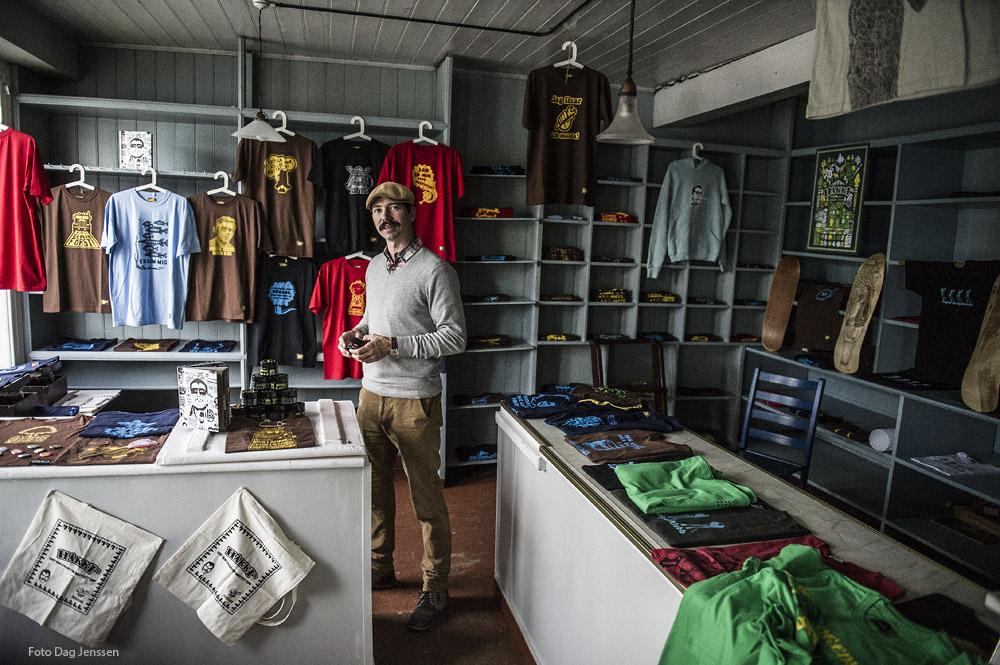 """Under Drangedalsdagane 2012 selde Bjørn Kawolski fargerike T-skjorter i Landhandelen, med Drangedalskjorta som ein sikker vinnar: """"Drangedal - 4 millioner grantrær kan ikke ta feil"""" Foto: Dag Jensen"""