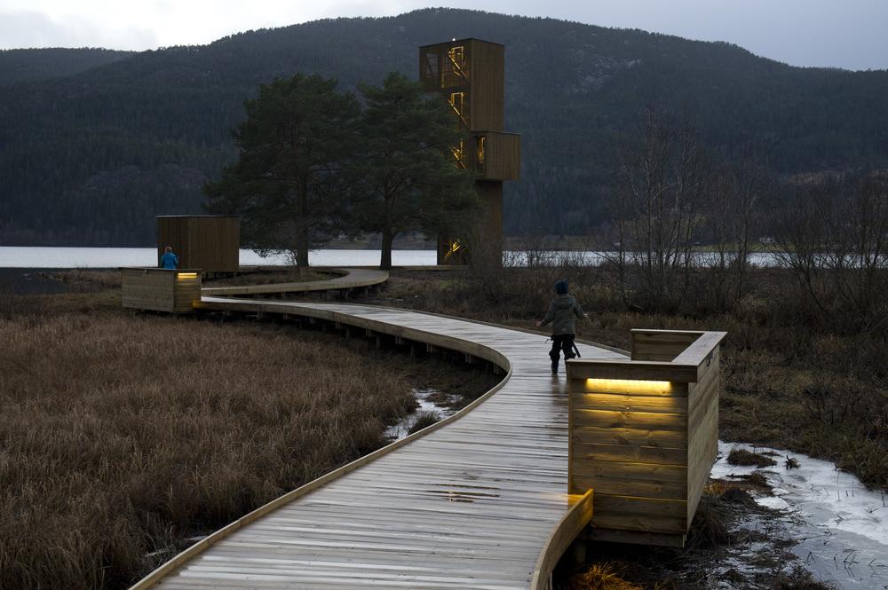 Den svinga gangbrygga fram mot Tårnet. Landskapsarkitekt Feste Grenland. Foto: Dag Jensen