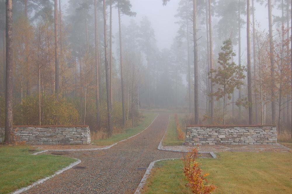 Furuskogen preger kirkegården - Eidanger kirkegård, Porsgrunn
