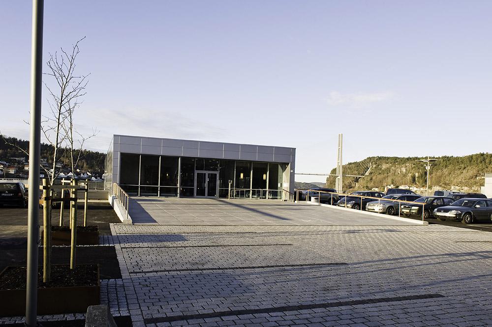 Byggets inngangssone. Granittplassen løfter seg inn mot bygget. Grenlandsbrua i bakgrunnen. Foto: Dag Jenssen